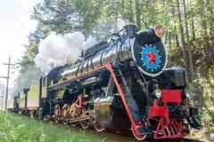 La vieille locomotive à vapeur conduit le long du chemin de fer de Circum-Baikal photo libre de droits