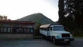 La vieille machine est prévue pour le transport des personnes en l'Abkhazie photos stock