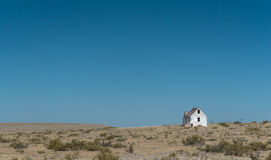 La vieille Maison Blanche abandonnée sur les plaines sous un ciel bleu Images libres de droits