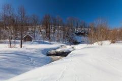 La vieille maison en bois avec la neige et les pas images libres de droits