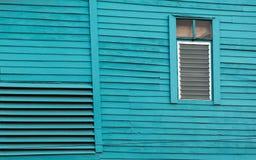 La vieille maison en bois a peint le bleu lumineux avec le vitrail Photographie stock