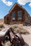 La vieille maison et la voiture dans le désert Images stock