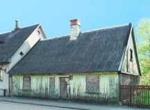 La vieille maison a peint le vert dans Ventspils en Lettonie image stock