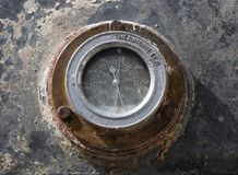 La vieille mesure circulaire rouillée de la température a monté sur l'outillage industriel images stock