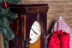 La vieille montre dans une boîte en bois dans la perspective d'un plaid rouge et d'un oreiller multicolore, se tient près d'un ar photographie stock
