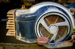 La vieille moto s'est garée sur le bord de la route, pièces de motos classiques Photo libre de droits