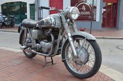 La vieille moto s'est garée sur un trottoir/trottoir dans Le Touquet Image libre de droits