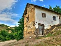la vieille nature de maison opacifie l'herbe de vert forêt en bois Photo stock