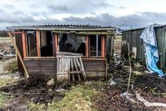 La vieille obscurité rampante a abandonné les fenêtres cassées par maison sale destructive Photographie stock libre de droits