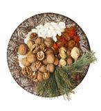 La vieille plaque avec des noix, graines, a séché des fruits Photo libre de droits
