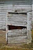 La vieille porte de grange est délabrée, fléchissant, et cassé Photographie stock libre de droits