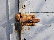 La vieille porte en bois, peinte en peinture blanche avec un trou de la serrure rond au dessus et une estacade à claire-voie roui Image libre de droits