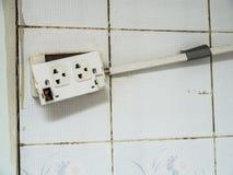 La vieille prise et la détérioration du commutateur électrique le rend dangereux pour employer Et causez un feu Images stock
