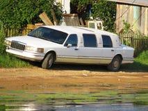 La vieille rétro voiture de limousine a garé près des cabanes dans les buissons sur le plan rapproché de plage photos stock