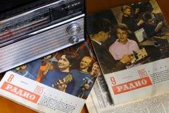 La vieille radio VEF de vintage et la rétro radio de magazine ont édité en URSS en 1965 Image stock