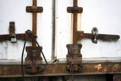 La vieille remorque rouillée est fermée aux cadenas et attachée avec une bande de frottement Images stock