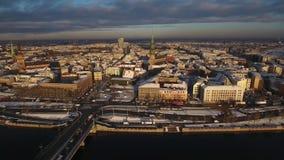 La vieille rotation épique de ville a tiré dans 4k, vieille ville de Riga banque de vidéos