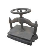 La vieille roue de fer de moulage a tourné la presse de livre d'isolement. photo stock