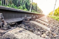 La vieille rouille se boulonne pour des rails de support sur la voie ferrée Fiabilité de transport ferroviaire photographie stock