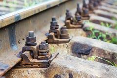 La vieille rouille se boulonne pour des rails de support sur la voie ferrée Reliabilit photographie stock