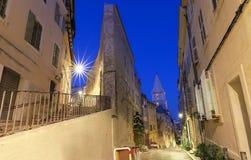 La vieille rue dans le Panier quart historique de Marseille dans des Frances du sud la nuit image libre de droits