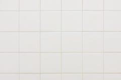 La vieille salle de bains blanche couvre de tuiles le fond de texture Photographie stock