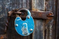 La vieille serrure bleue rouillée est fermée sur la porte de la porte Image libre de droits