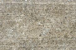 La vieille surface en béton superficielle par les agents est couverte de la mousse Images stock