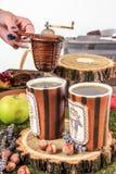 La vieille table de maison a placé avec les tasses et le tamis de thé Images libres de droits