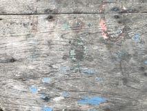 La vieille table en bois avec beaucoup raye et des peintures de couleur Photo libre de droits