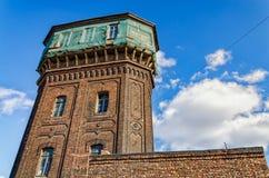La vieille tour d'eau au port de Galernaya de l'île de Vasilievsky Images libres de droits