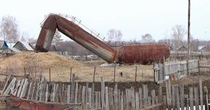 La vieille tour d'eau est tombée à la terre Photo stock