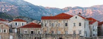 La vieille ville dans les mounteins s'approchent de l'eau photos libres de droits