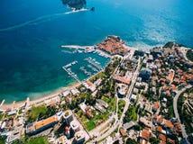 La vieille ville de Budva, tirant avec le bourdon aérien montenegro Photos libres de droits