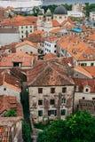 La vieille ville de Kotor Les dessus de toit orange-carrelés de la ville SH Images libres de droits