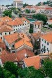La vieille ville de Kotor Les dessus de toit orange-carrelés de la ville SH Image stock