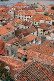 La vieille ville de Kotor Les dessus de toit orange-carrelés de la ville SH Images stock