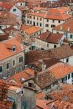 La vieille ville de Kotor Les dessus de toit orange-carrelés de la ville SH Photos libres de droits