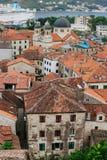 La vieille ville de Kotor Les dessus de toit orange-carrelés de la ville SH Photographie stock