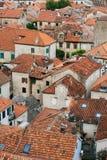 La vieille ville de Kotor Les dessus de toit orange-carrelés de la ville SH Photos stock