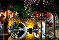 La vieille ville de nuit dans le lijiang images stock