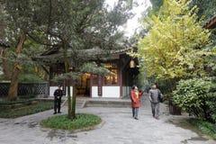 La vieille visite Du Fu de couples a couvert le parc de chaume de cottage, l'adobe RVB image libre de droits