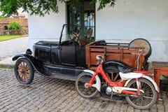 La vieilles voiture et moto se sont garées dans le quart historique de del de Colonia Images libres de droits