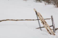 La vieja caza esquía con la piel en fondo de la nieve Imagen de archivo libre de regalías