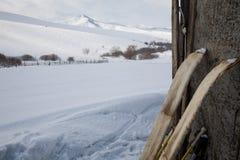 La vieja caza esquía con la piel en fondo de la nieve Imágenes de archivo libres de regalías