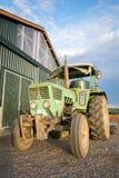 La vieja cosecha de la agricultura del cielo azul de la luz del sol del granero del tractor se relaja imagen de archivo