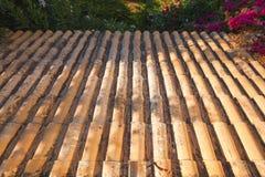 La vieja cuesta del tejado de embaldosado va abajo Foto de archivo