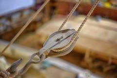 La vieja ejecución de madera de la polea en constructores de un barco hace compras Imagenes de archivo