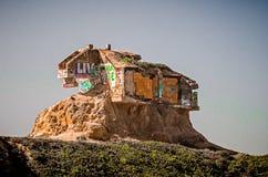 la vieja estructura abandonada en diablos resbala los acantilados en el Océano Pacífico Foto de archivo