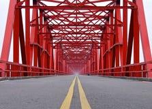 La vieja estructura del primer rojo del puente Foto de archivo